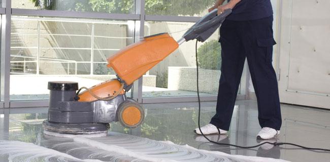 pulizia pavimento in resina epossidica trasparente