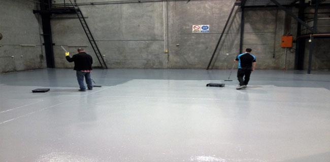 applicazione resina trasparente pavimento industriale